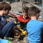 Am Rande der LIVE-Baustelle: Kleine Baggerfahrer ins Spiel vertieft