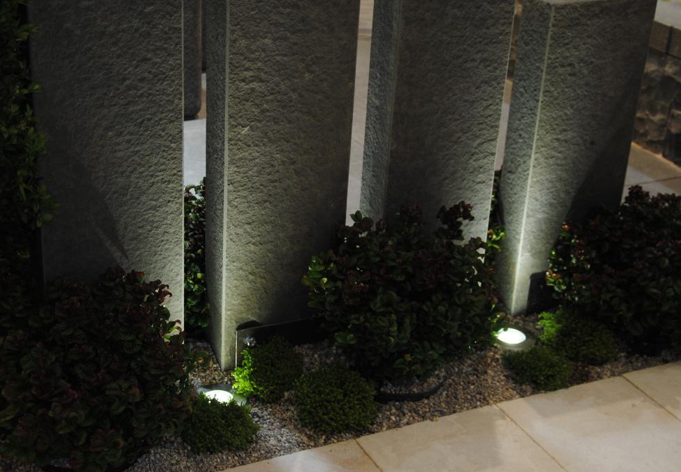 Beleuchtung von Basalt-Stelen | Gärten von Gärtner