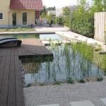 Geometrische Wasserflächen um ein modernes Haus