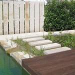 Geometrisch angelegte Wasserflächen mit Trittstufen im Flachwasserbereich