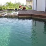 Geometrische Wasserflächen um ein modernes Haus - kurz nach der Befüllung.