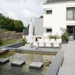 Ein Garten, der seine Spannung aus dem Kontrast zwischen Geradlinigkeit und dem Flair des Sandsteins bezieht.