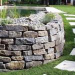 Harmonie der Formgebung: Trockenmauer und Rasenplatten