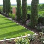 Ein mediterraner Garten angrenzend an Weinberge