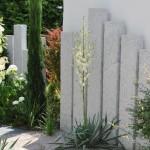 Konsequente Gartengestaltung mit Stelen und farblich passenden Stauden