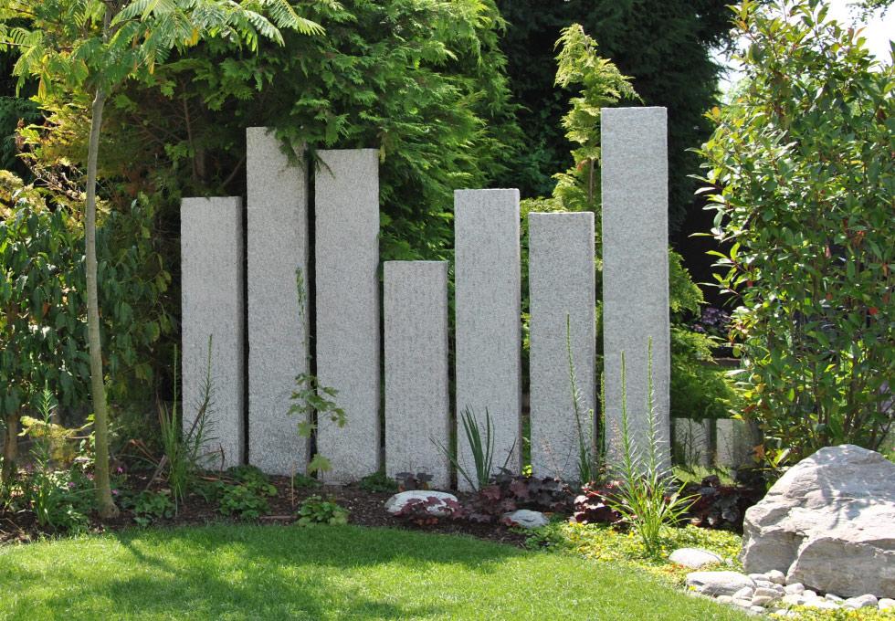 Konsequente gartengestaltung mit stelen g rten von g rtner for Gartengestaltung zum nachbarn