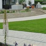 Großer Garten mit aristokratisch-eleganten Terrassenaufgang in Cremetönen