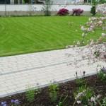 Großer Garten mit Wegen in Cremetönen