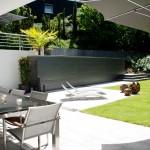 Der hochgelegte Fertigpool als seitlche Begrenzung des unteren Gartenraumes