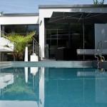 Der hochgelegte Pool - die Wasserfläche in greifbarer Nähe zum Innenraum.