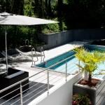 Pool, Terrassendecks und Mauern - farblich und stilistisch perfekt abgestimmt.