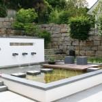 Puristische Gartenarchitektur mit Muschelkalk-Felsquader