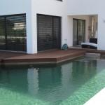 Wie das Haus, so der Naturpool: geradlinig, elegant, komfortabel!