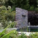 Brunnen-Element in einer Natursteinmauer