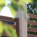 Travertin-Stelen mit tropischem Fassadenholz