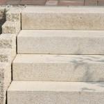 Granit-Treppe, die den Naturpool mit der Terrasse verbindet