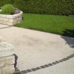 Ein Kiesweg mit Basalt-Pflastersteinen