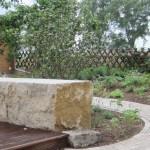 Sitzblock aus Muschelkalk als Begrenzung einer Holzterrasse
