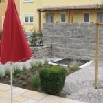 Mediterraner Garten und ein Brunnenelement kurz vor der Vollendung