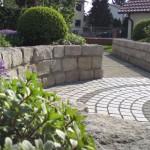 Naturstein-Mauern und ein mit Natursteinen gepflasterter Platz