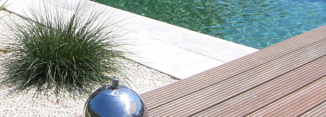 Holz, Naturstein und Gräser - eine Kombination eleganter Elemente