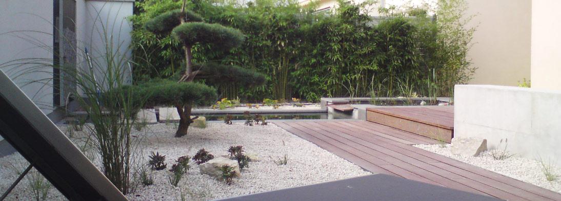 Kleiner Nischengarten mit besonderen Pflanzen