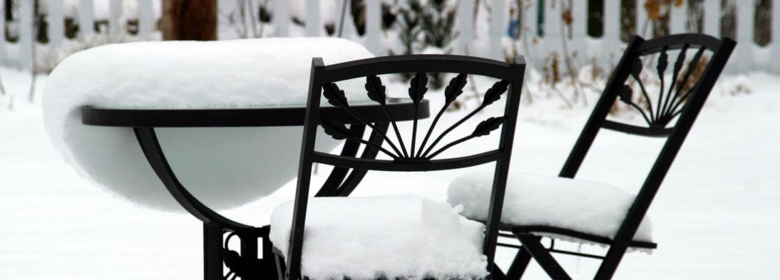 Schnee in schönstem Kontrast zu Gartenmöbeln
